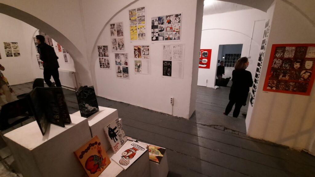 001_novo doba festival_komikaze_izložba